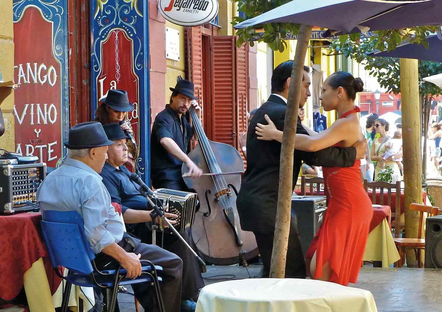 Im Künstlerviertel La Boca bewundern Sie Tango-Tänzer auf offener Strasse