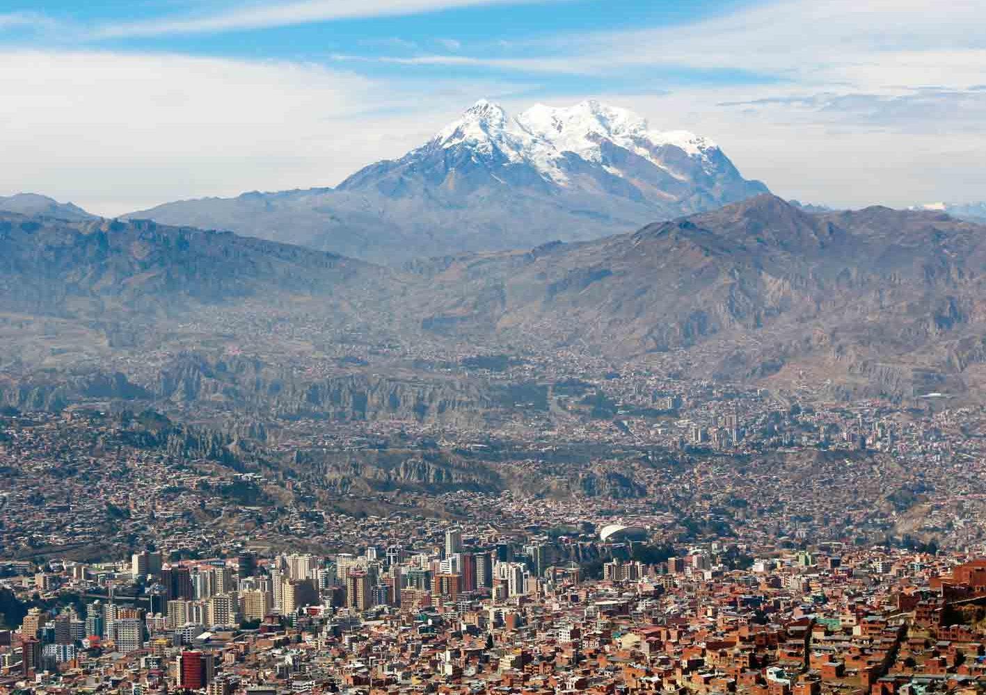 La Paz, im Hintergrund thront der Illimani, 6439 m