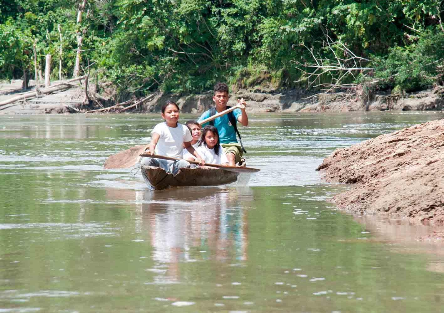 Amazonaskinder auf dem Weg zur Schule