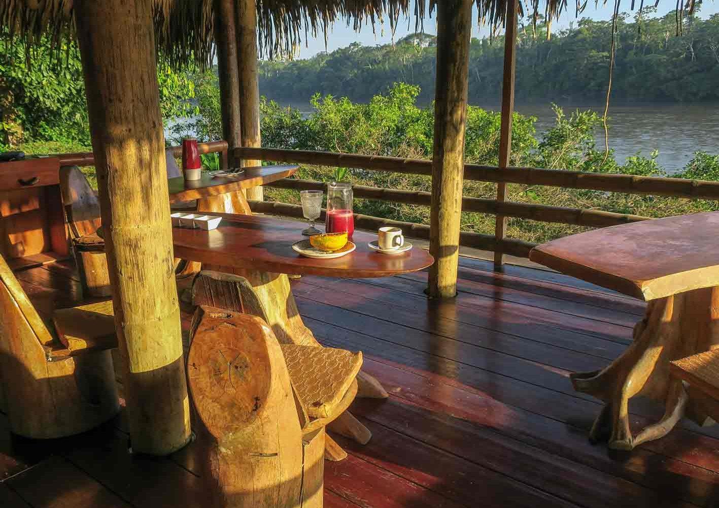 Bereits am frühen Morgen die wunderschöne Aussicht vom Restaurant auf den Fluss geniessen.