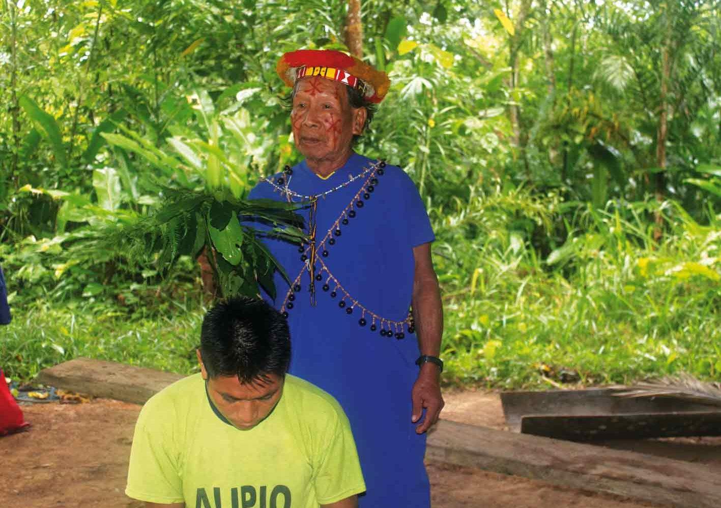 Besuch beim Schamanen im Urwald von Ecuador