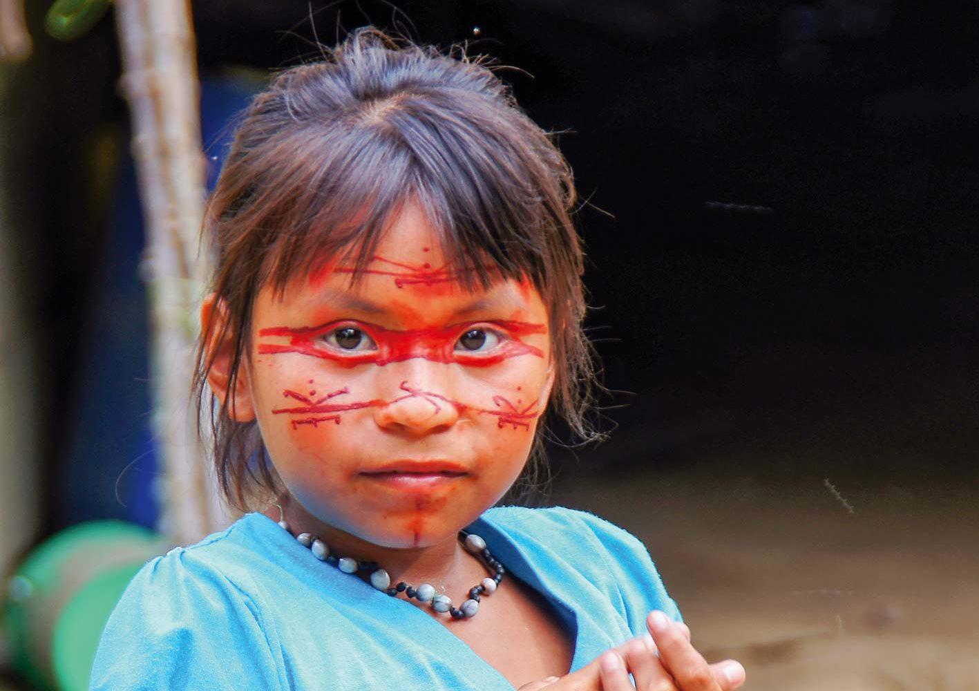 Secoya-Mädchen mit traditioneller Gesichtsbemalung