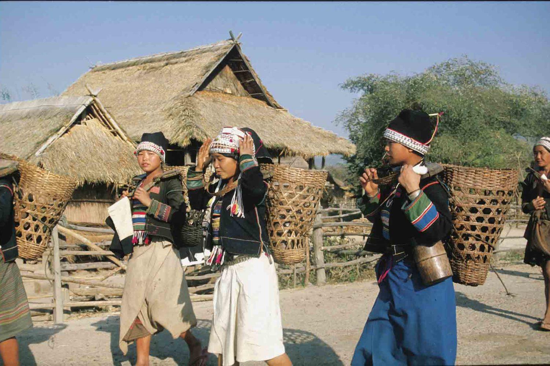 Traditionell gekleidete Frauen im Hochland von Laos