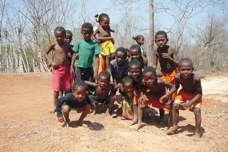 Fröhliche Begegnung mit Kindern auf Madagaskar