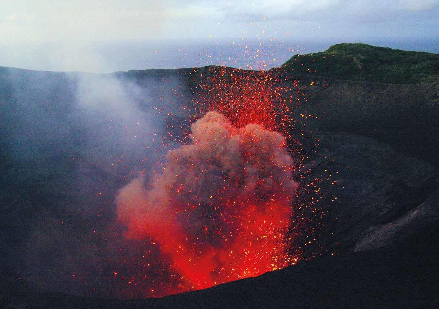 Vulkan Mount Yasur - eine Eruption pro Minute auf der Insel Tanna