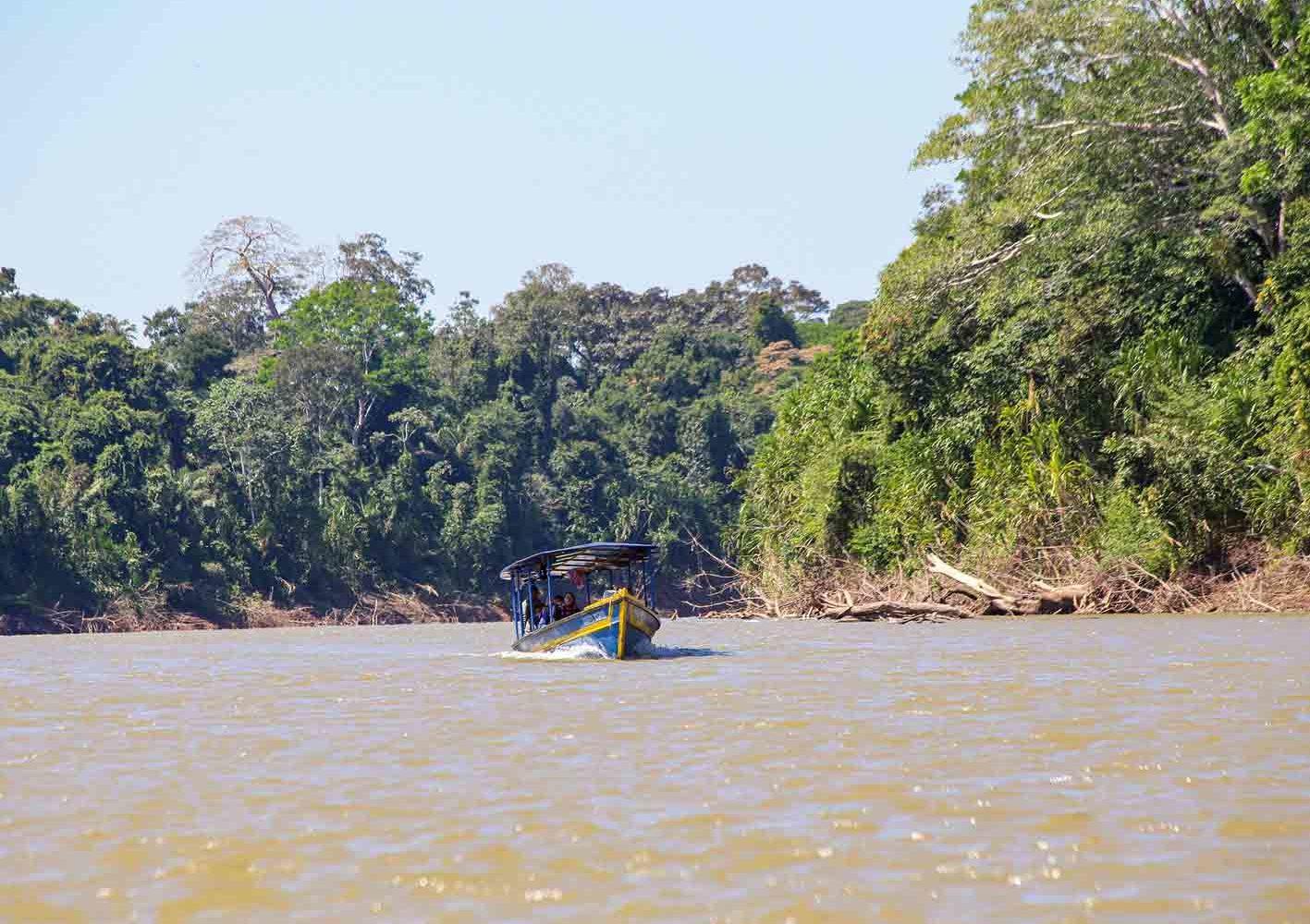 Im Amazonas von Peru sind wir auch mit dem Boot unterwegs.
