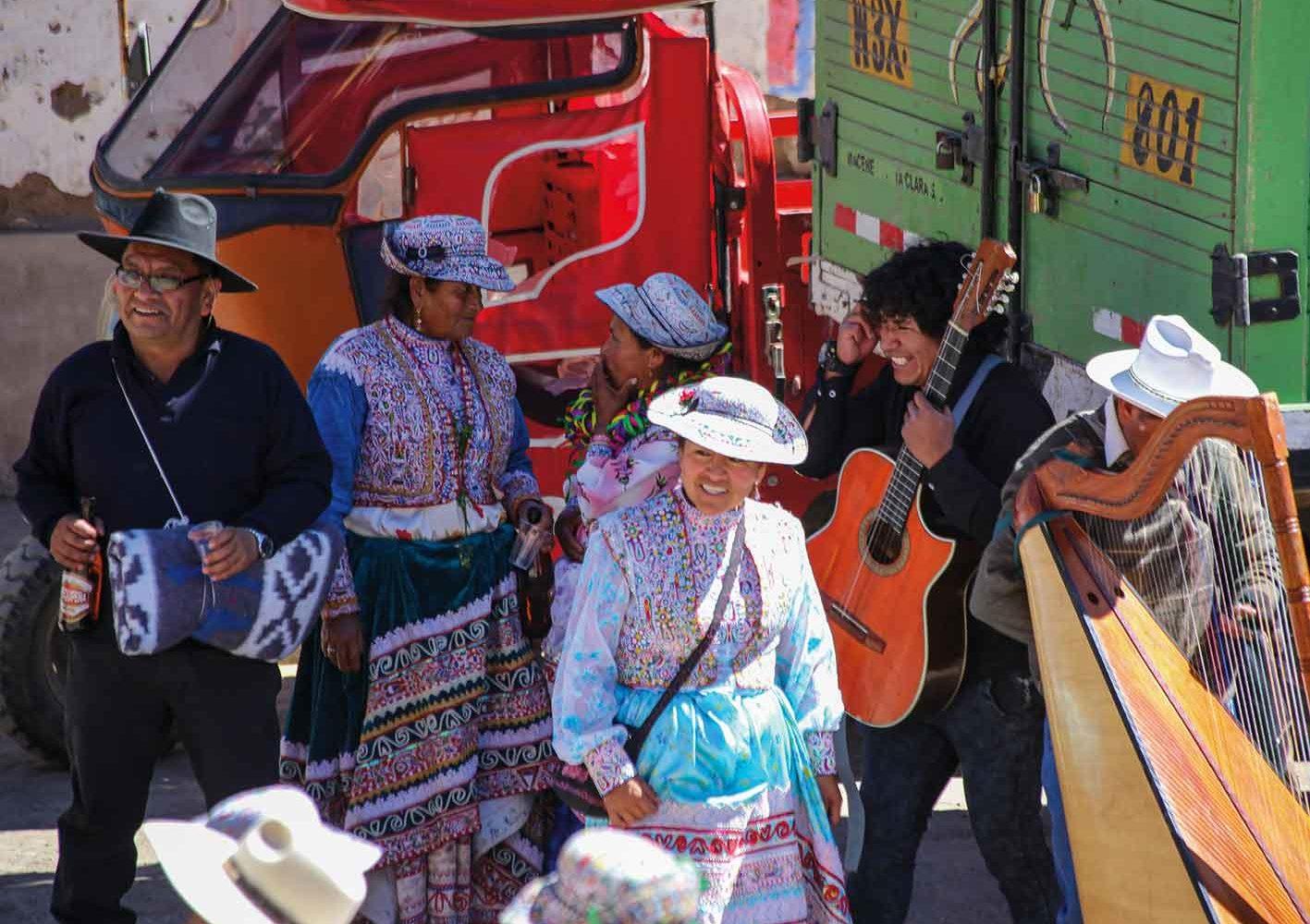 Die Frauen in Peru sind traditionell gekleidet.
