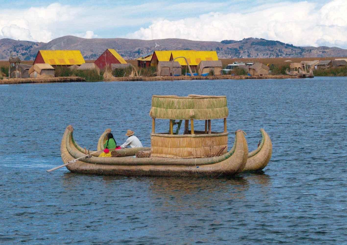 Schilfboot bei den Uros-Inseln