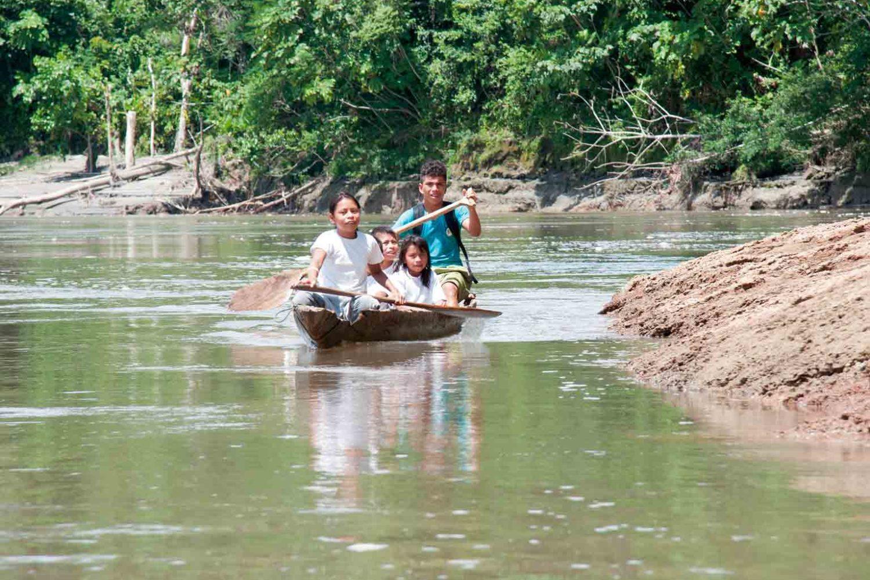 Kinder im Amazonas-Urwald, Ecuador