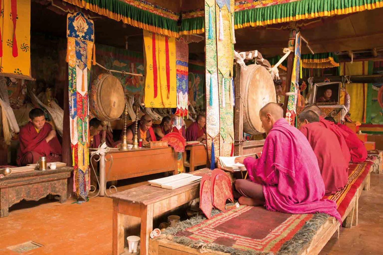 Studium von religiösen Texten, Mönche in einem Kloster in Ladakh