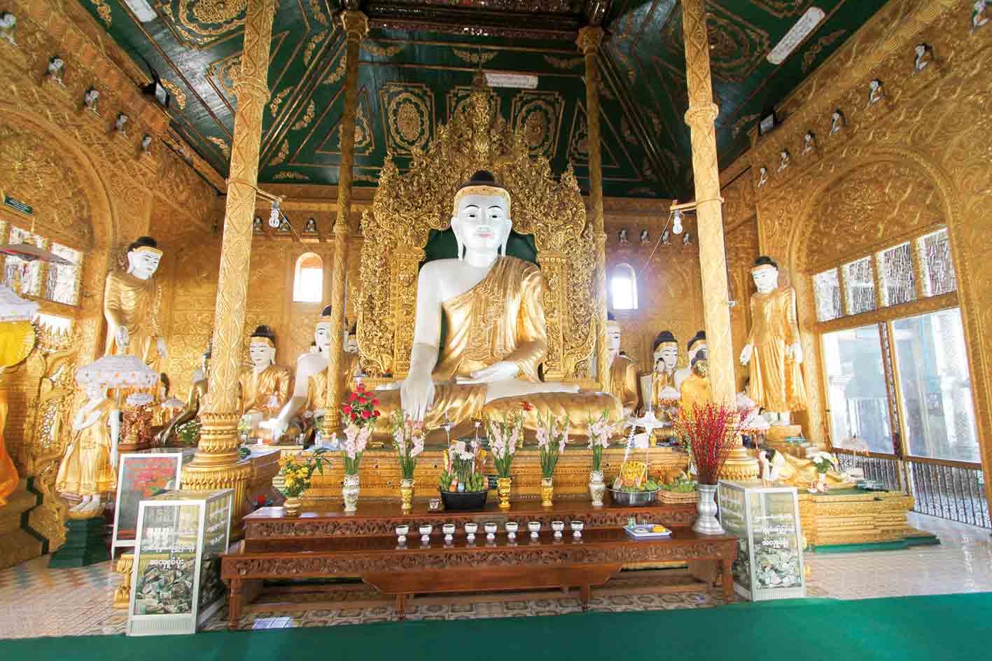Im Innern einer prunkvollen Pagode, Myanmar