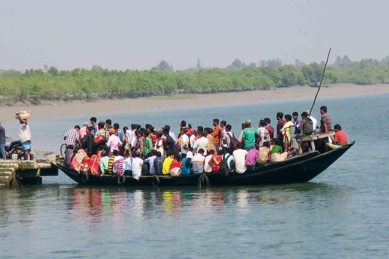 Öffentliche Fähre im Gangesdelta, Indien