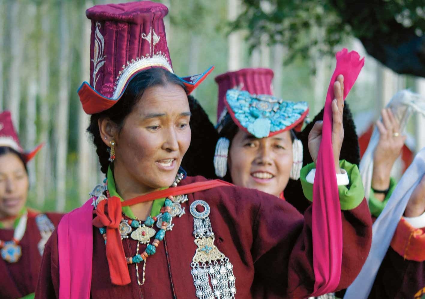 Festlich gekleidete Frauen am Klosterfest in Ladakh