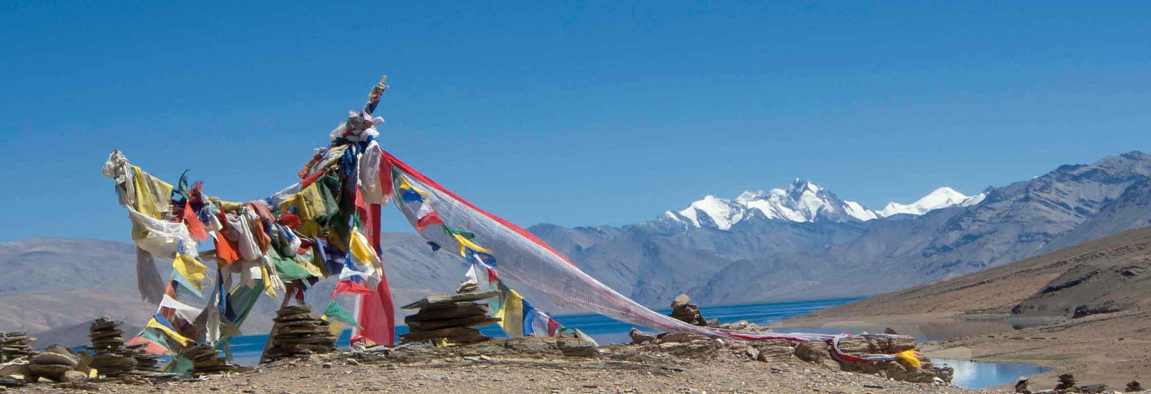 Gebetsfahnen am Tso Moriri-See, Ladakh