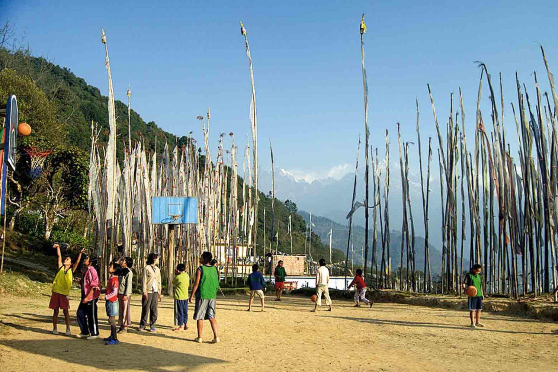 Spielende Kinder in einem Dorf in Sikkim