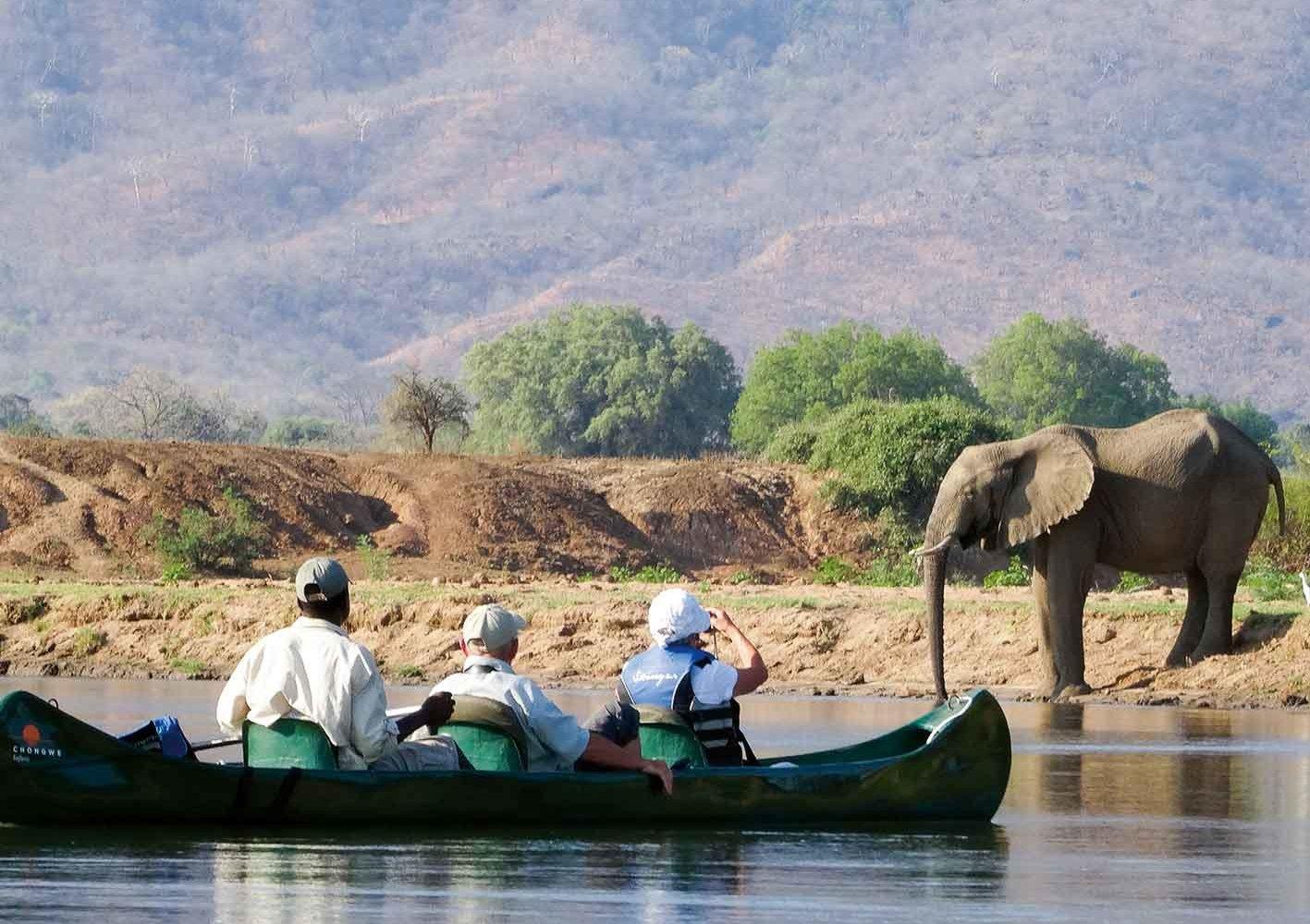 Unterwegs per Kanu auf dem Zambezi-Fluss