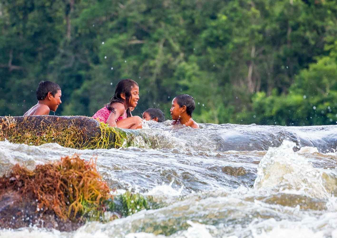 Fröhliche Kinder baden im Fluss, Guyana