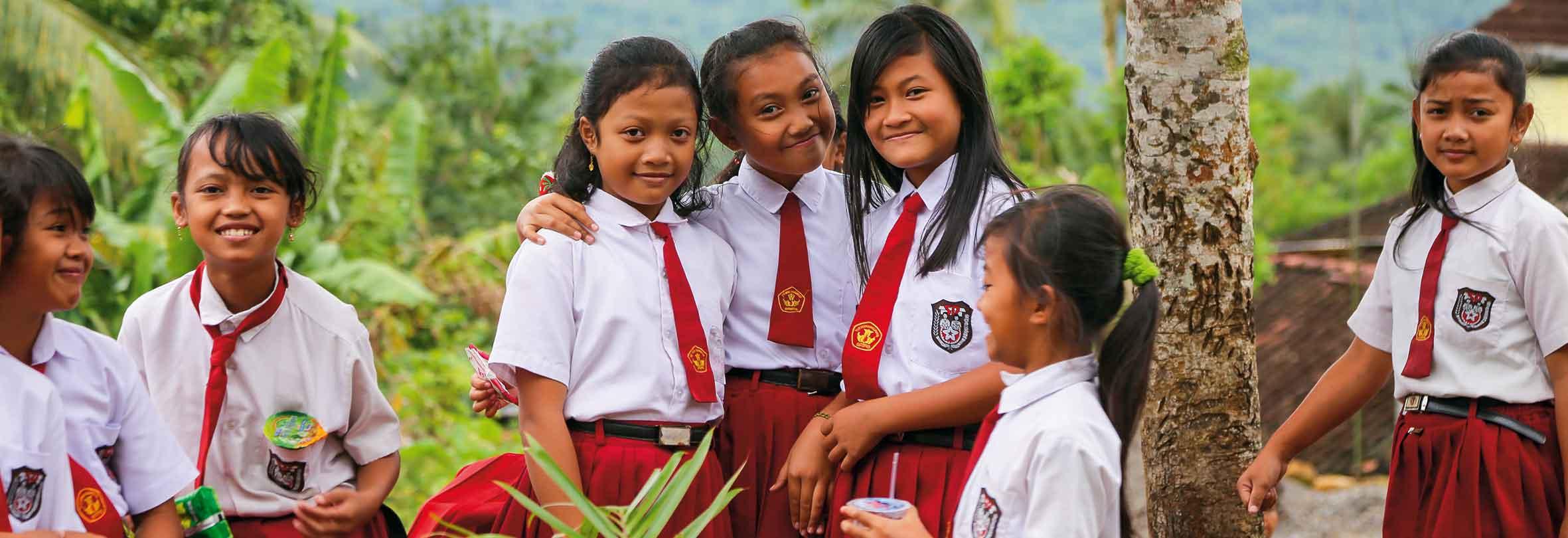 Mädchen einer Schulklasse auf Java, Indonesien