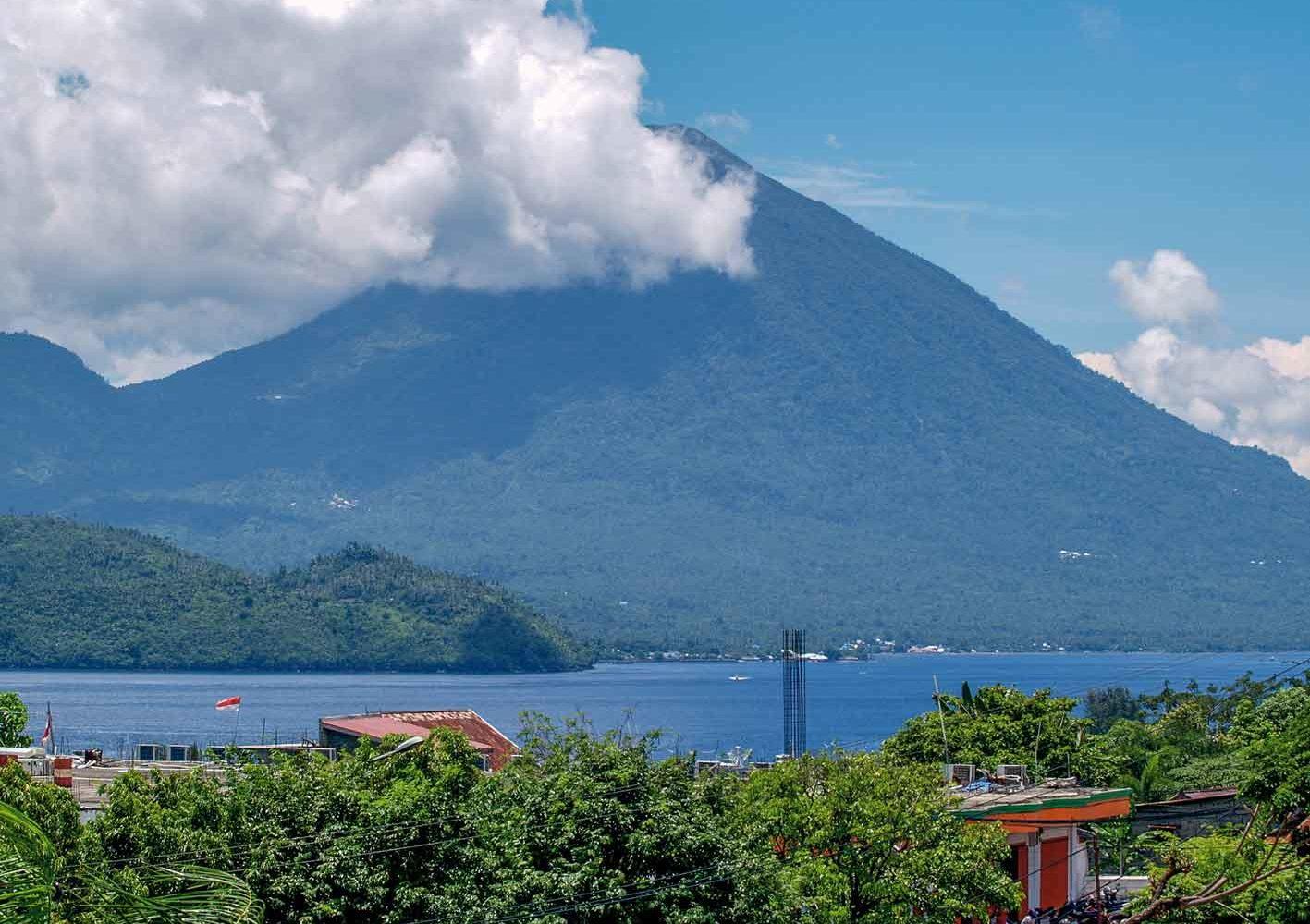 Vulkan auf den Molukken, Indonesien