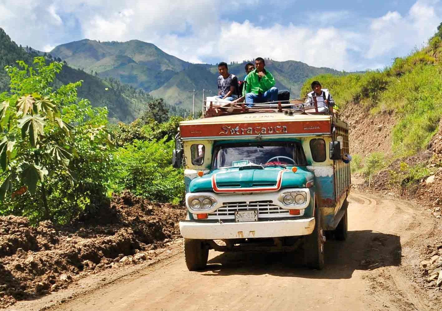 Einer der legendären lokalen Chiva-Busse (Ziegen-Bus) im ländlichen Kolumbien