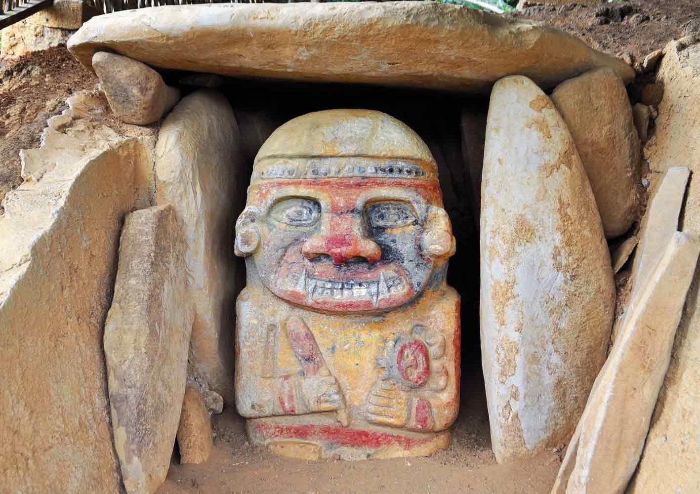 Statue bei einer Grabstätte in San Agustín