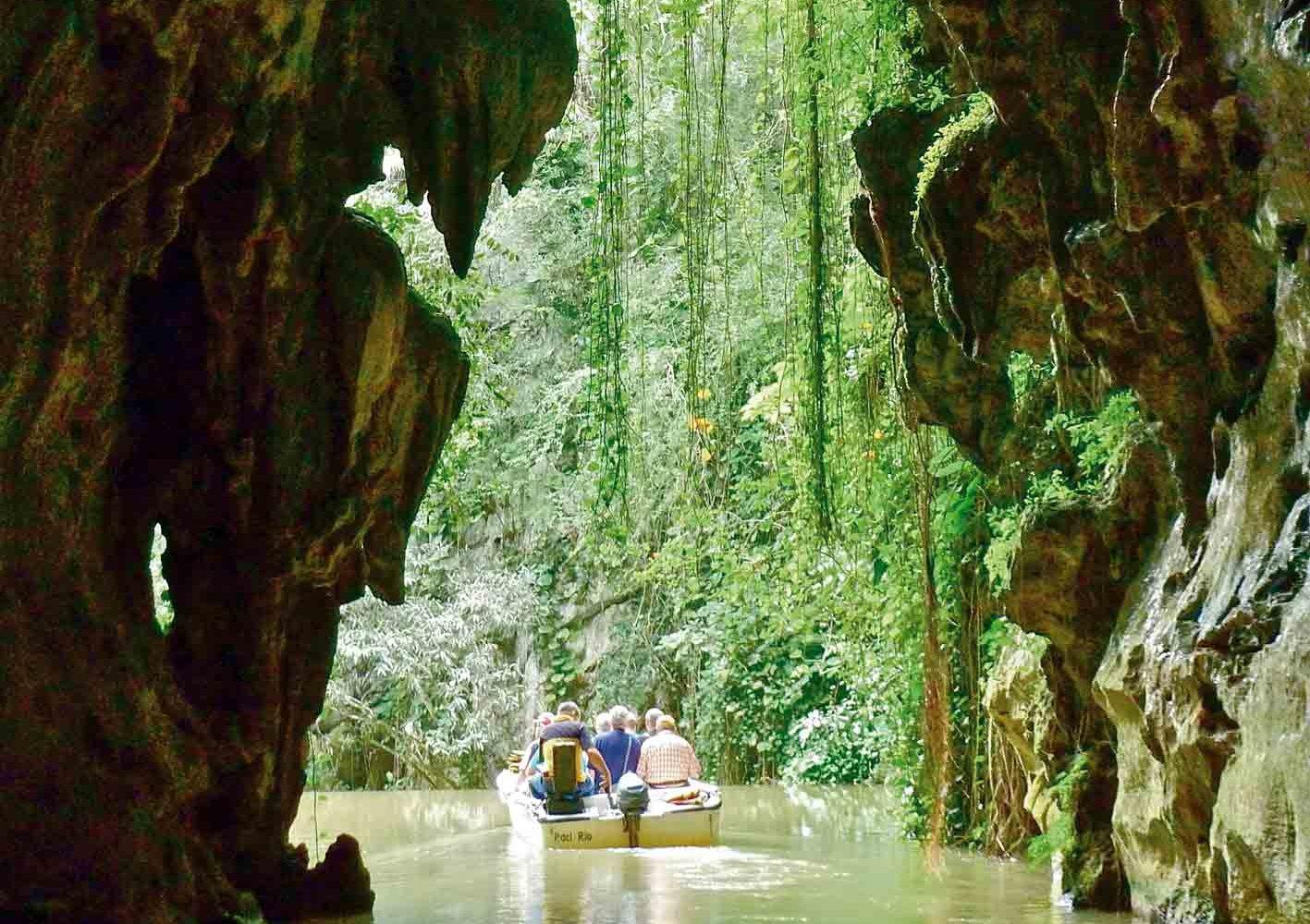 Bootsfahrt durch eine Karsthöhle