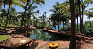 Baden im Meer oder im Meerwasser-Pool, Agastya Ayurveda Garden, Kerala, Südindien