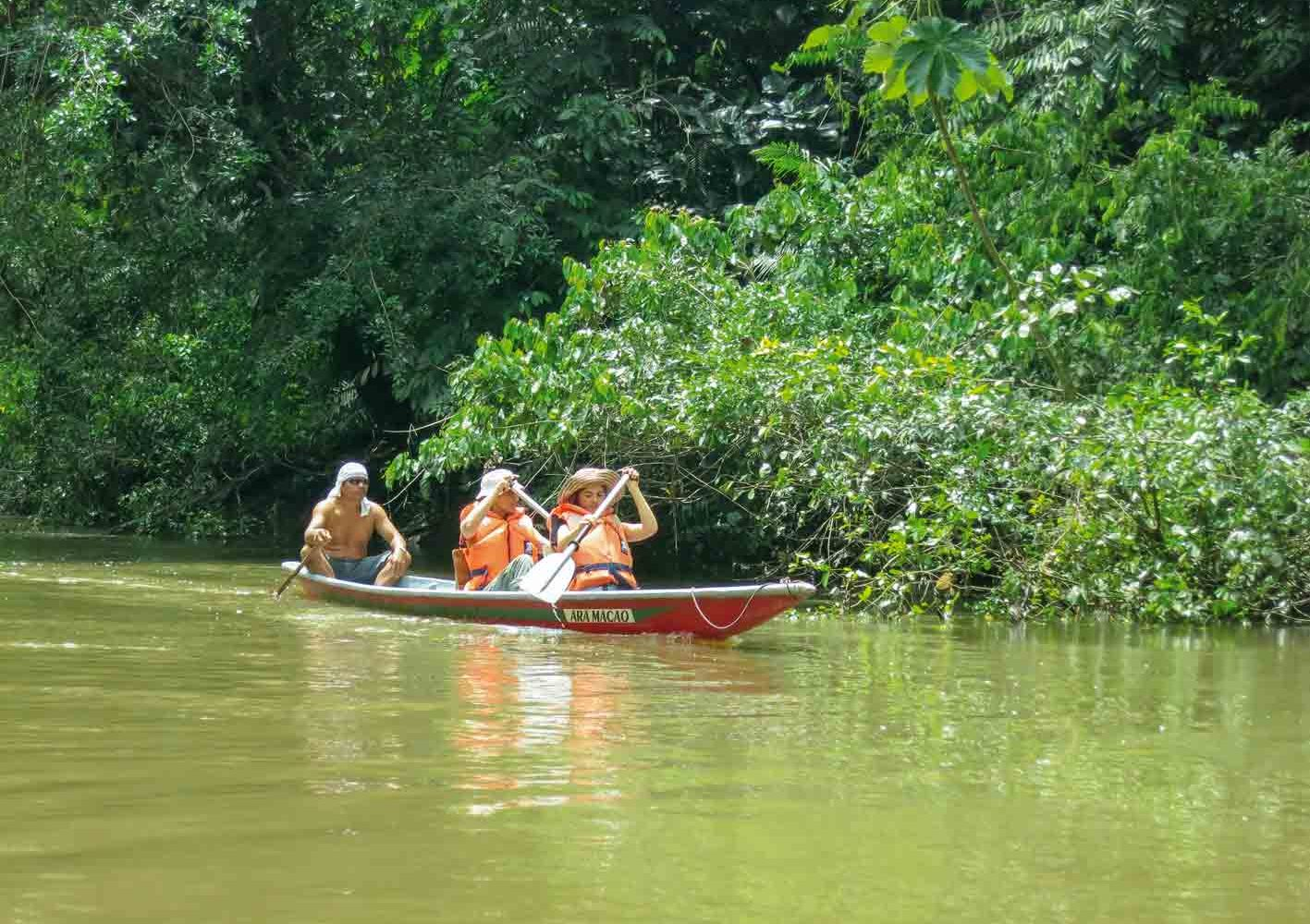 Diese Abenteuer sind auch für Familien ein Erlebnis: Sich auf einem Urwald-Fluss mit dem Kanu hinuntertreiben lassen, Ecuador