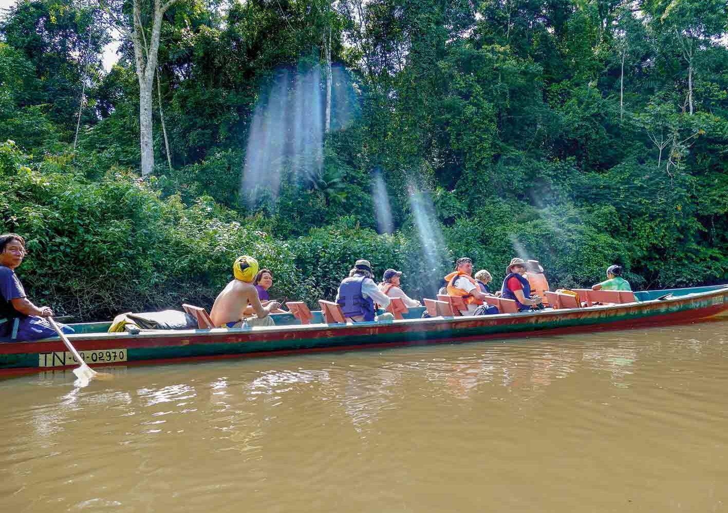 Mit dem Boot lautlos auf Beobachtungstour im Urwald von Ecuador