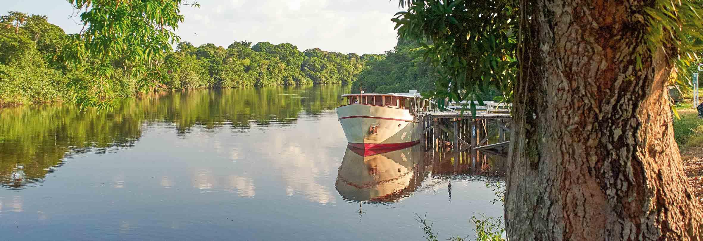 Schifffahrt auf den Flüssen in Suriname