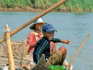 Fröhliche Kinder am Tonle Sap, Kambodscha