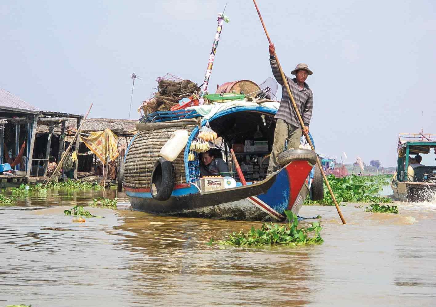 Auf dem Tonle Sap-Fluss begegnen wir Einheimischen mit ihren Booten.