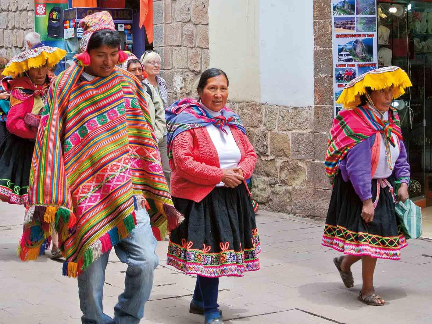 Traditionell gekleidete Peruaner in Cuzco Foto: Hans Niederhauser