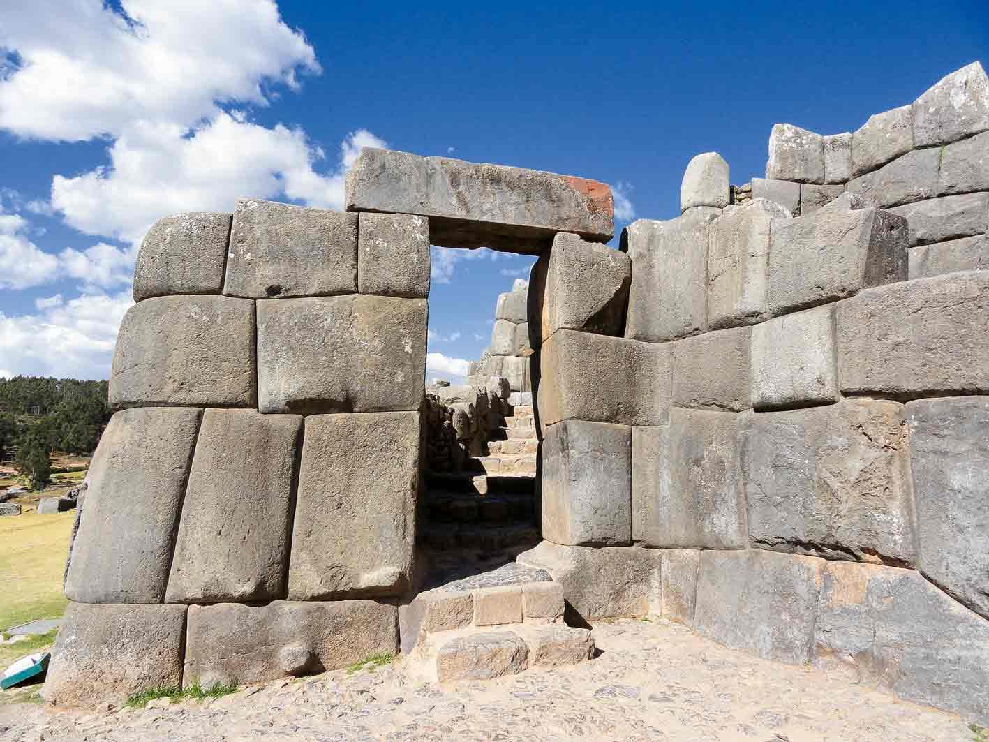 Die Inkas bauten trapezförmige Fenster und Türen. Im Bild die Inka-Stätte Saqsayhuamán bei Cuzco.
